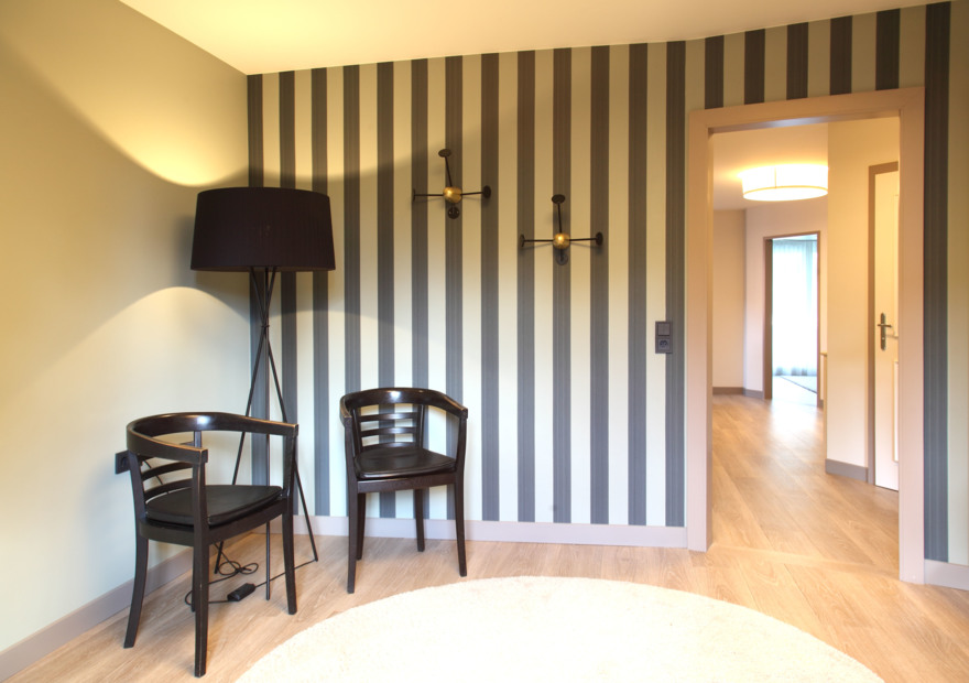 roomservice tapete Plain stripe Farrow & Ball Garderobe Mategot Gubi